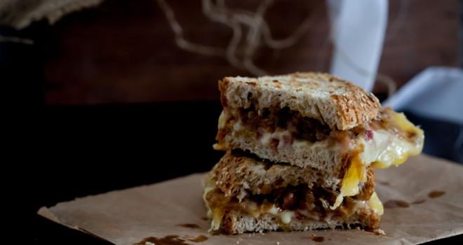 Sandwich de jamón, queso y cebolla caramelizada