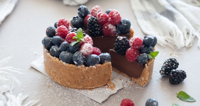 Tarta de chocolate y galleta con frutos rojos